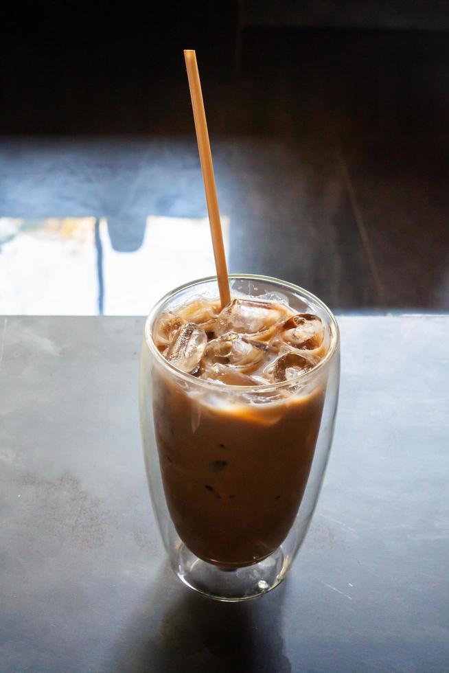 café helado en la cafetería en la mesa de madera foto