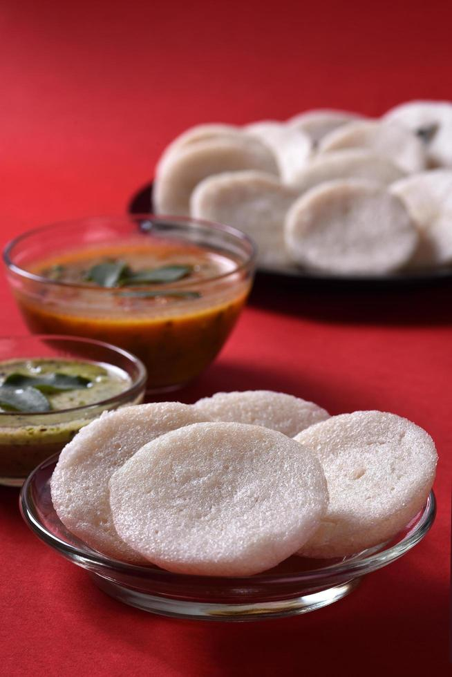 variedad de alimentos del sur de la India sobre fondo rojo foto