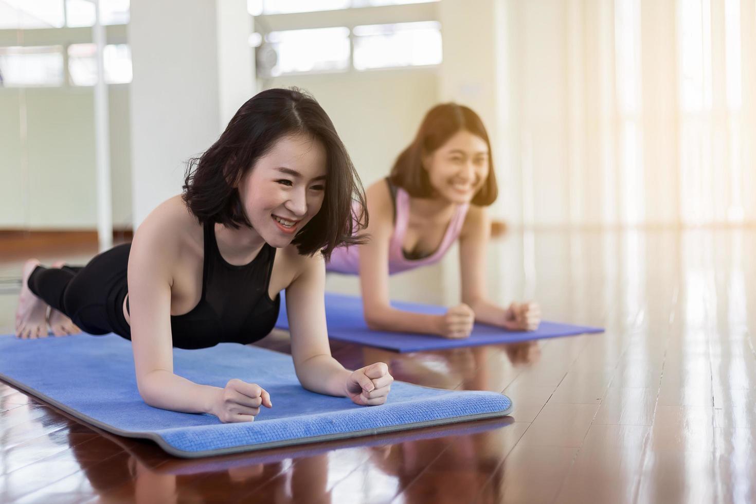 dos mujeres haciendo yoga en el gimnasio foto