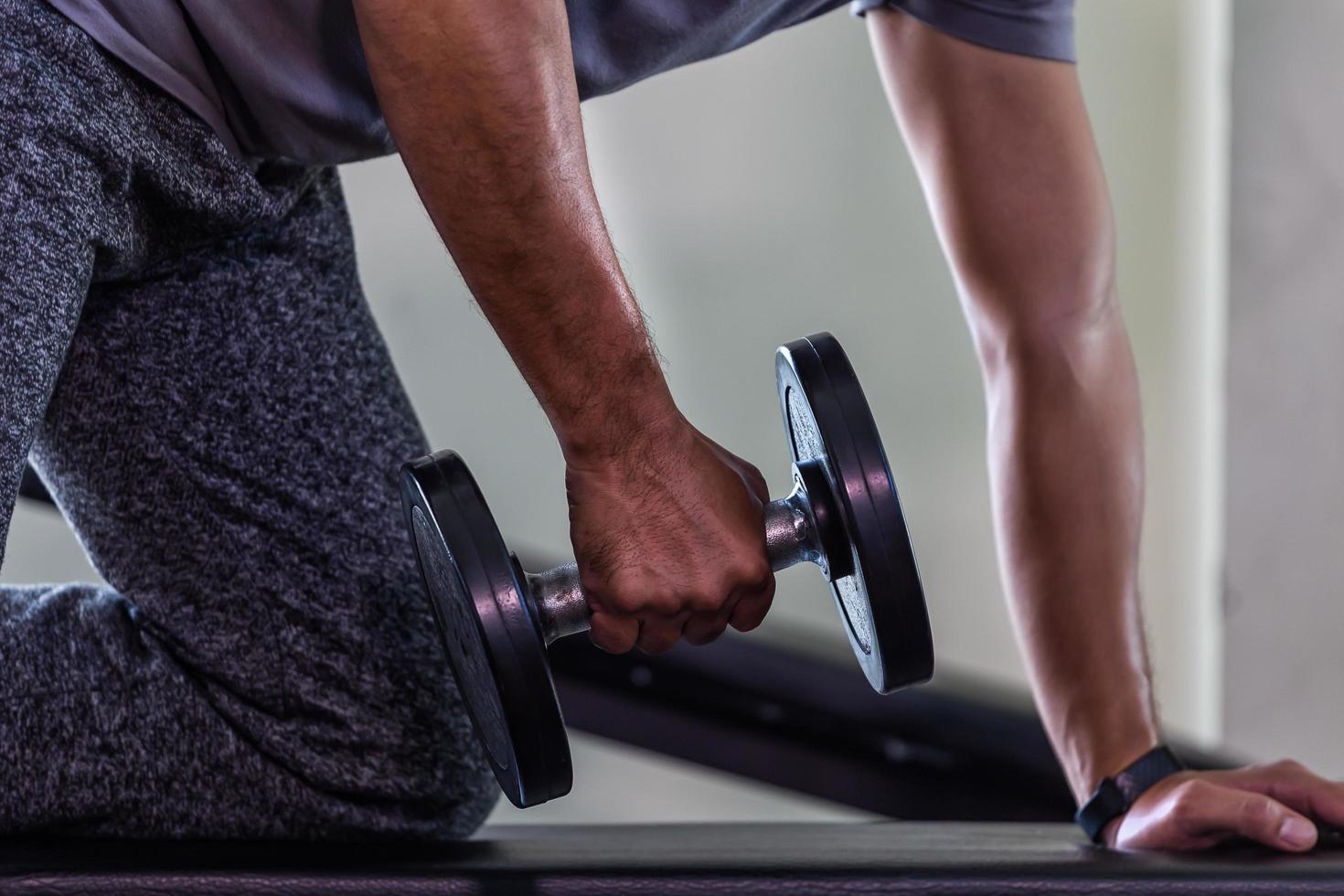 hombre con pesas en el gimnasio foto