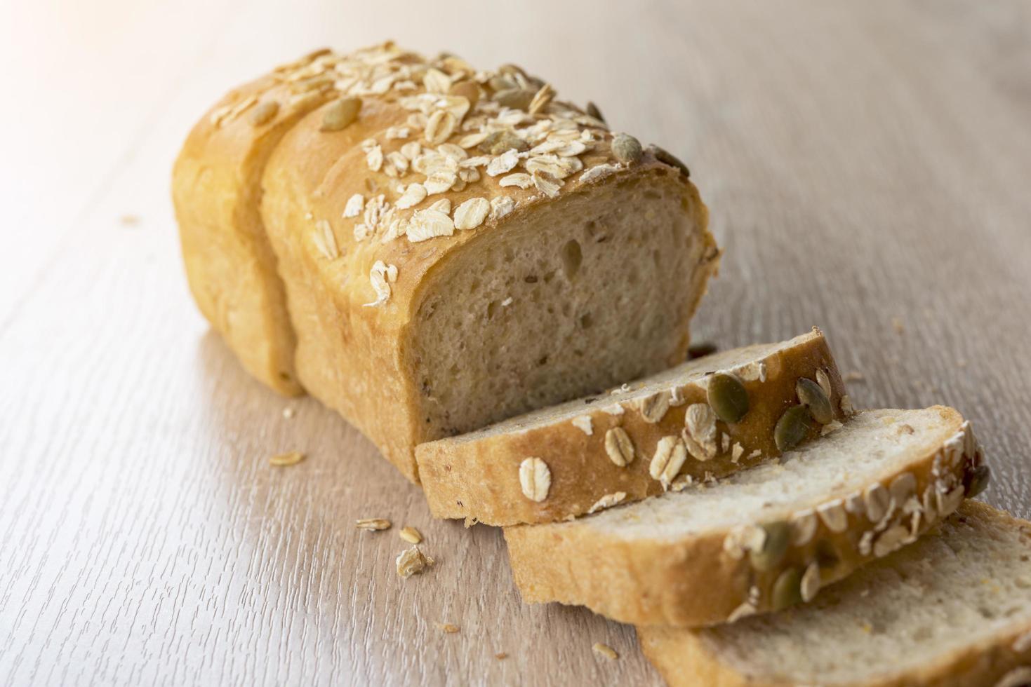Multi-grano de pan rebanado en mesa de madera foto