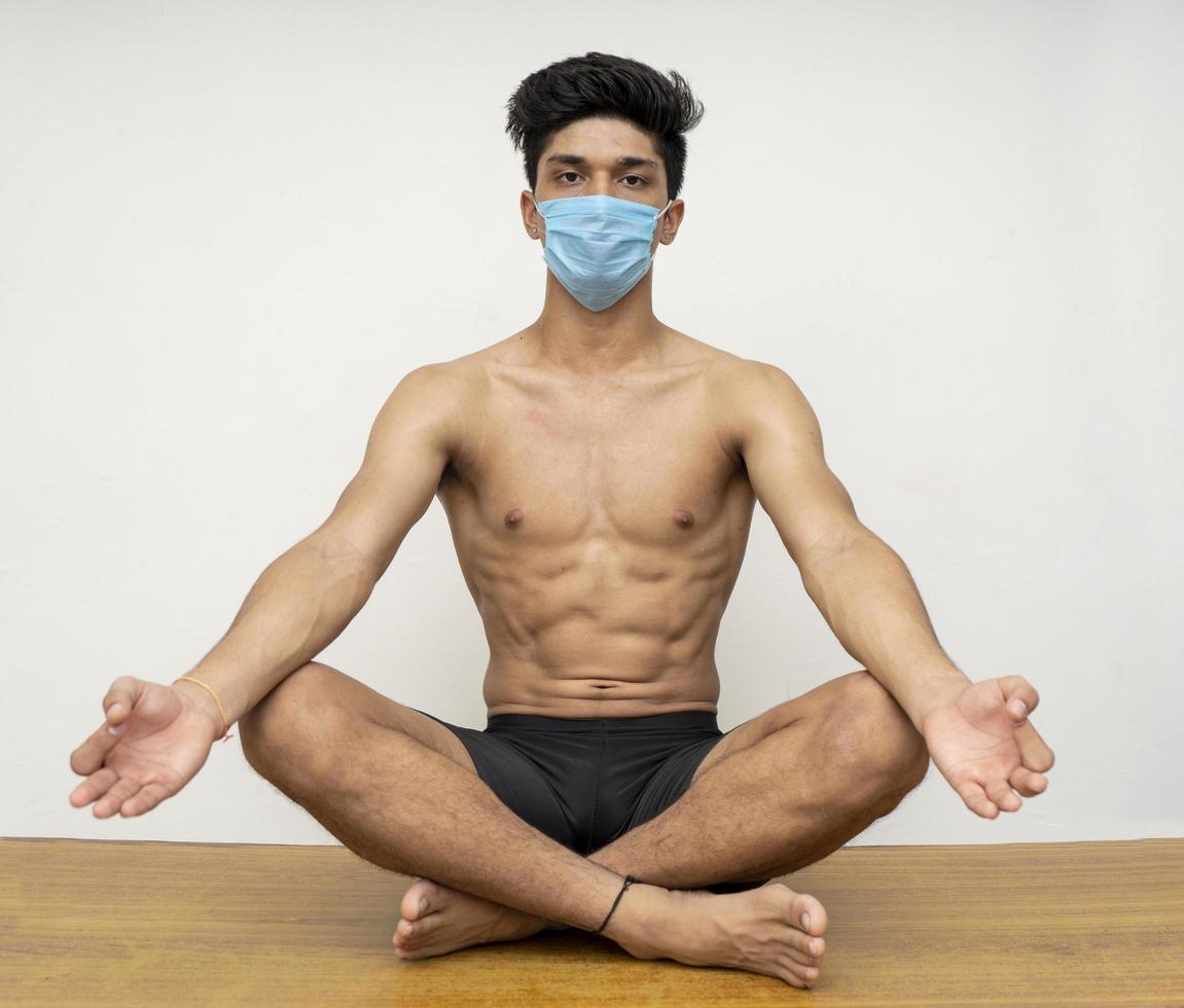 joven guapo haciendo yoga foto