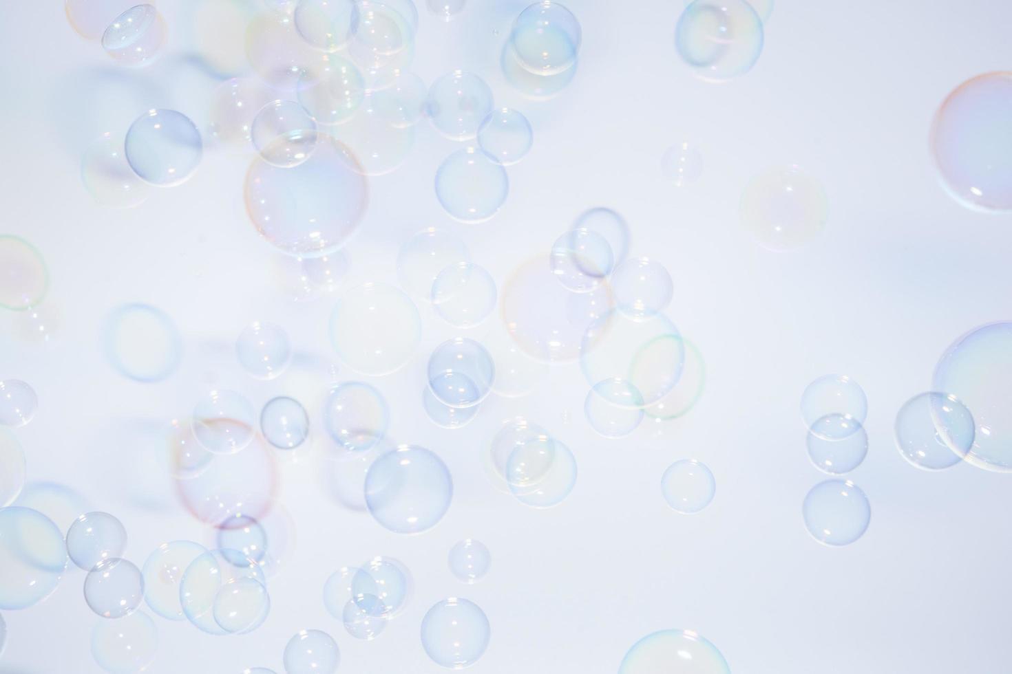 burbujas de colores sobre fondo blanco foto