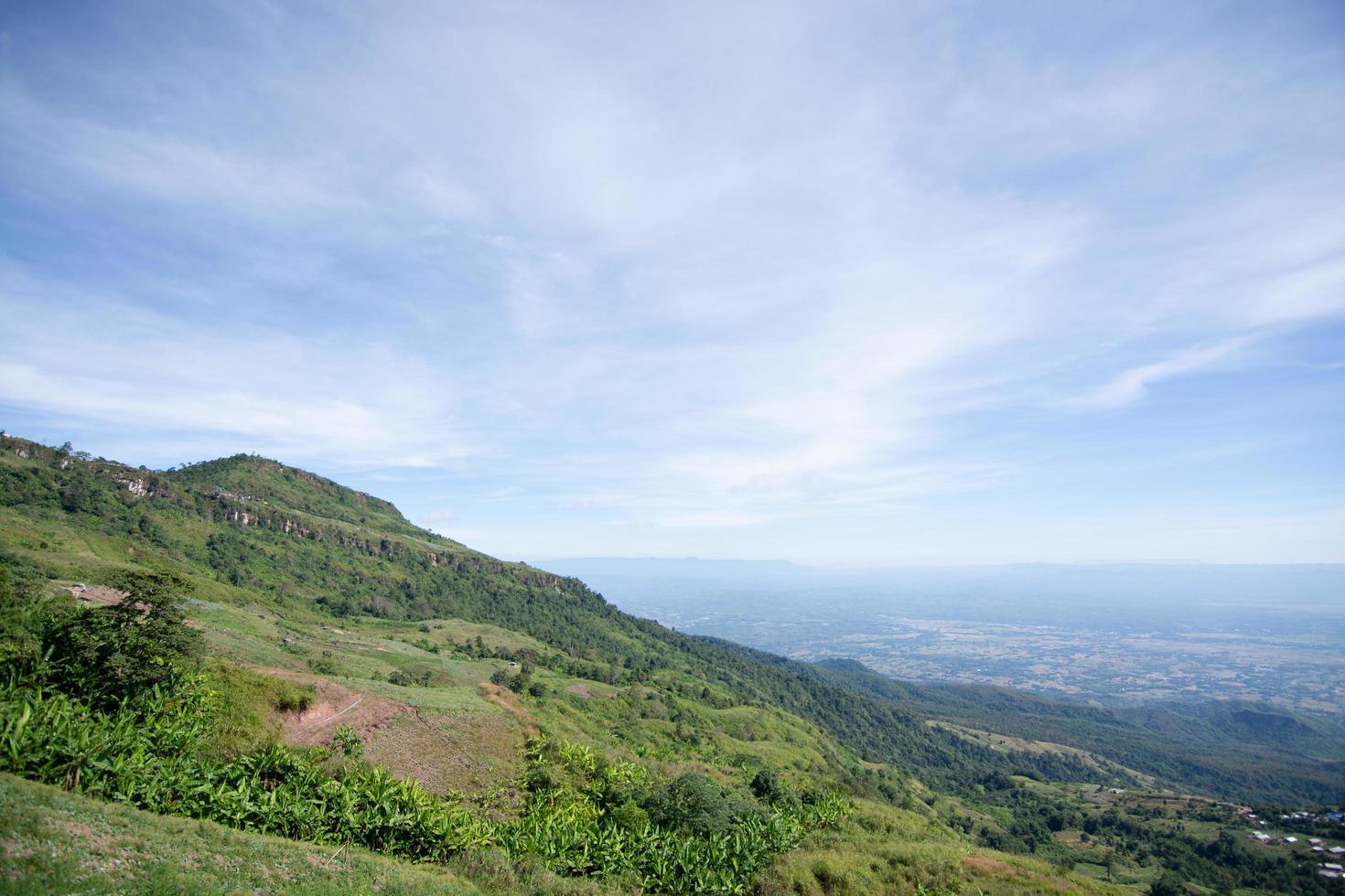 vista de montaña de phu tub berk, tailandia foto