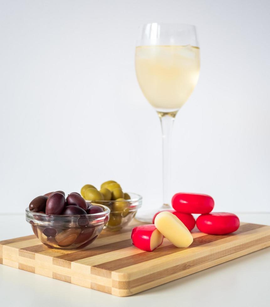 vino blanco con tabla de embutidos foto