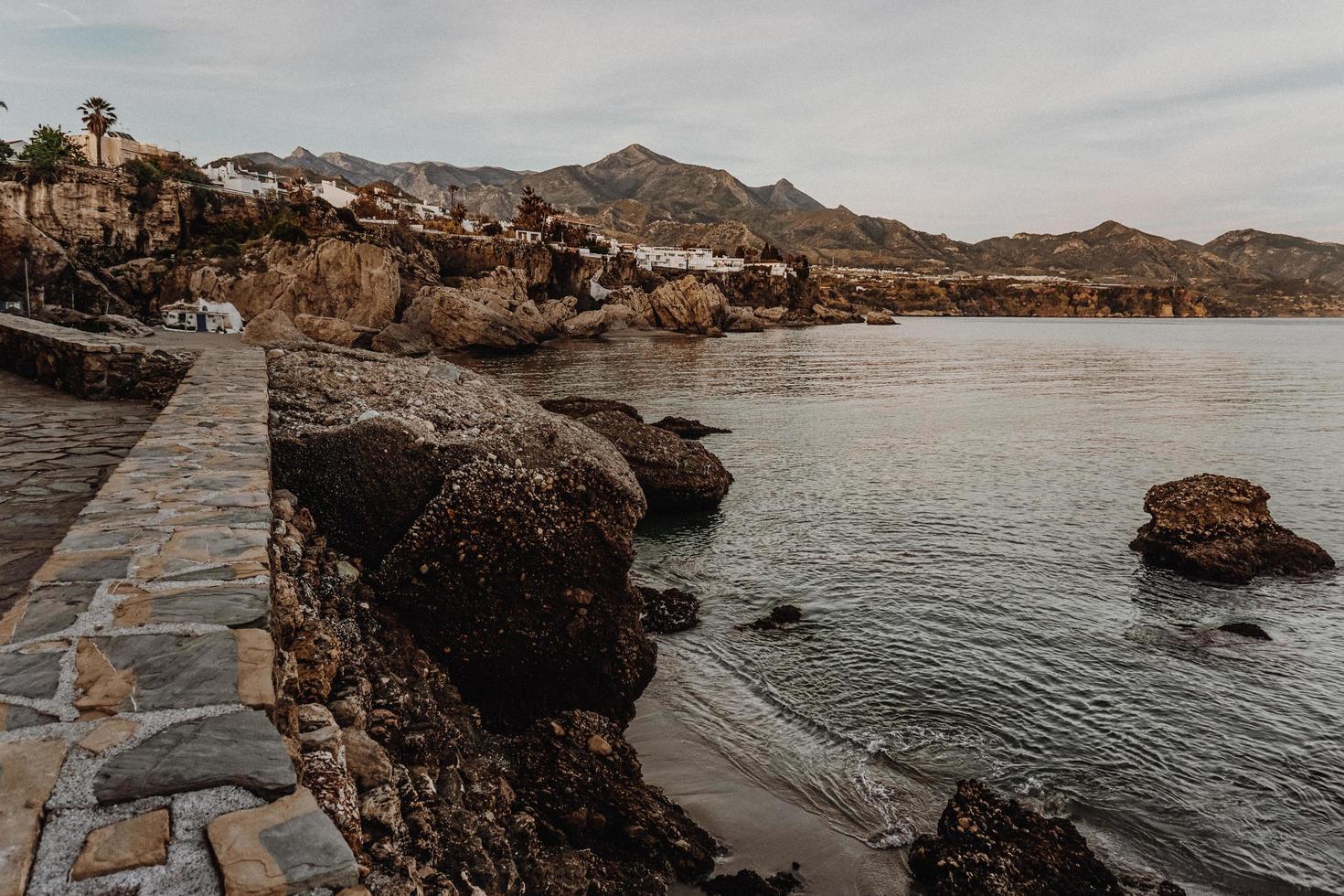 muro de piedra junto a la costa foto