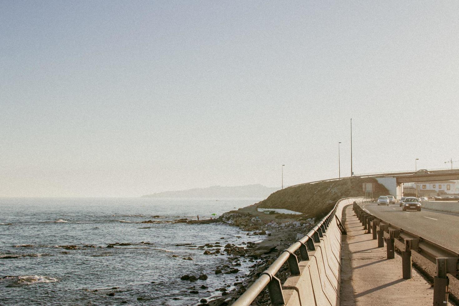puente en la costa foto