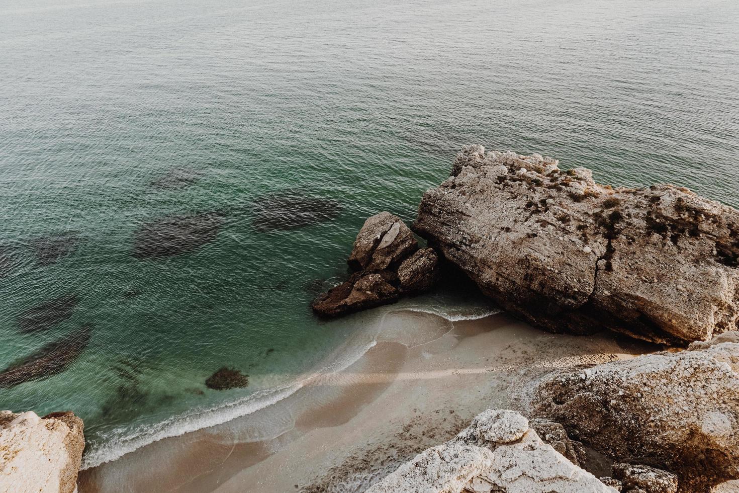 formazione rocciosa sulla costa dell'oceano foto