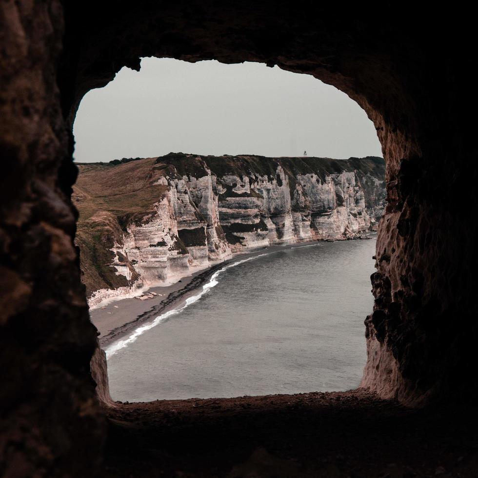 ver a través de la ventana de la cueva a la costa foto