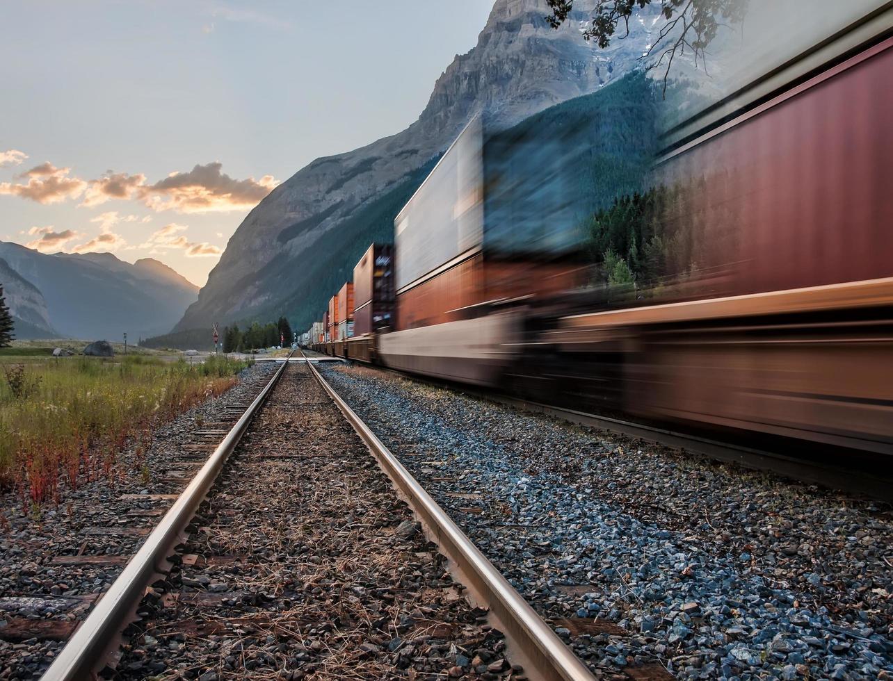 pasando el tren en vías foto