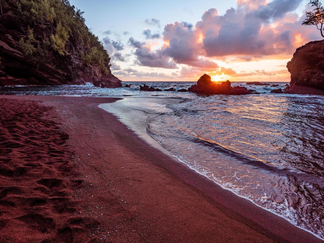 Playa Kaihalulu durante el atardecer foto