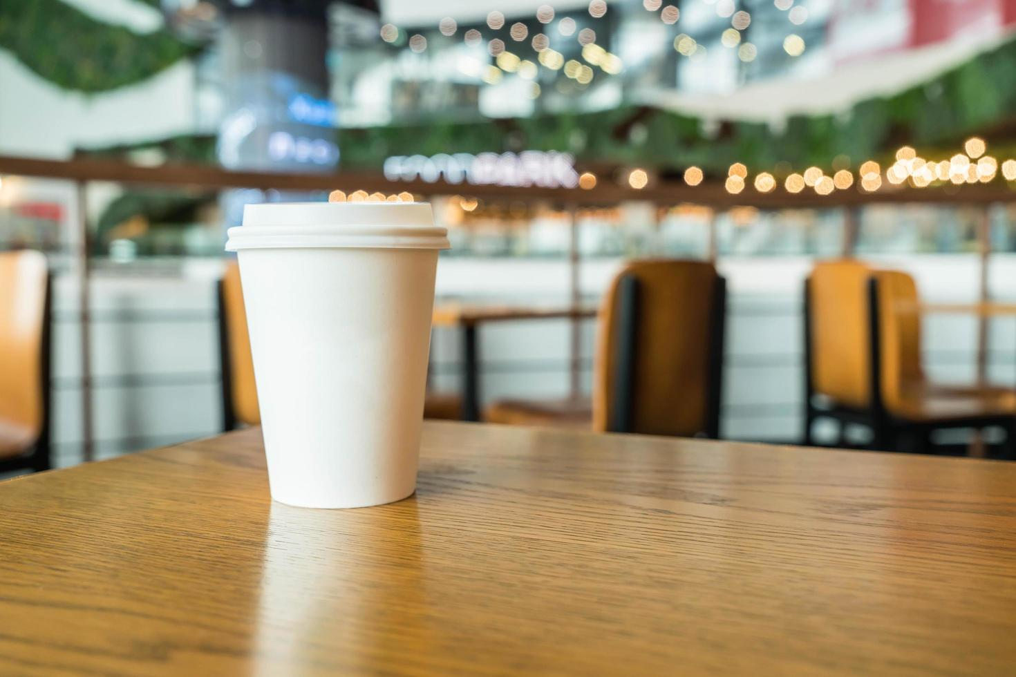 taza para llevar en la cafetería foto
