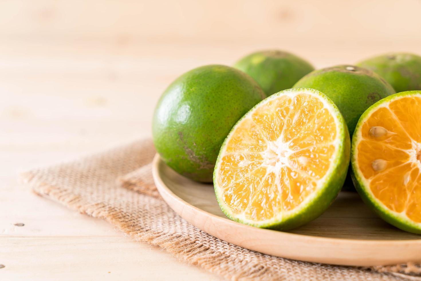 naranjas naturales frescas en placa foto