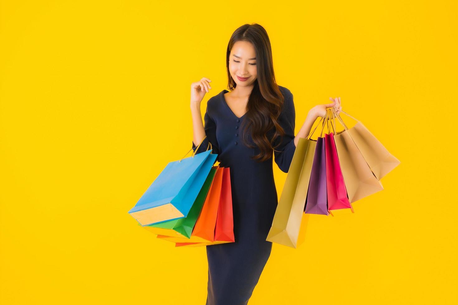 Retrato de una mujer asiática con bolsas de compras foto