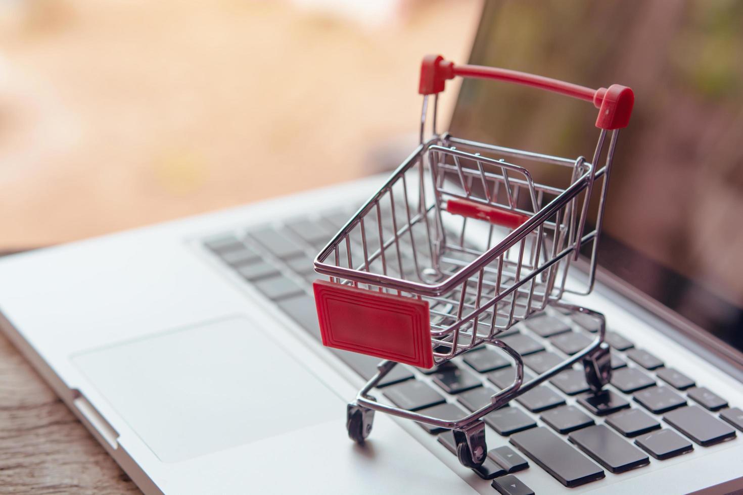 imagen conceptual de mini carrito de compras foto
