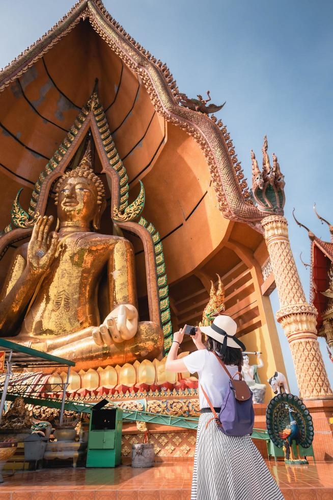 turista tomando fotografía del templo budista foto