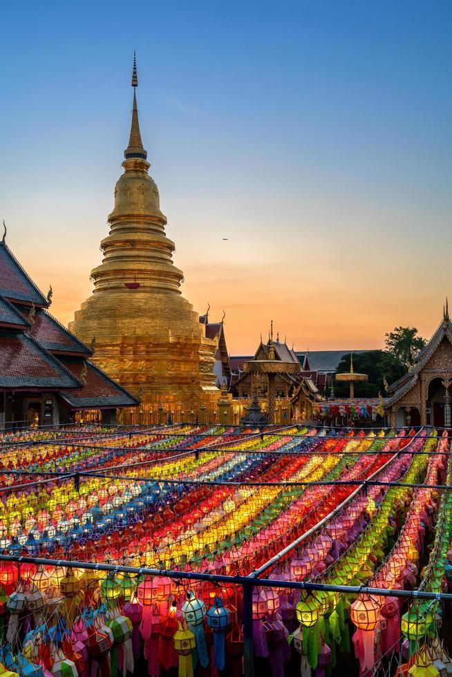la puesta del sol ilumina el cielo en el festival yi peng en tailandia foto