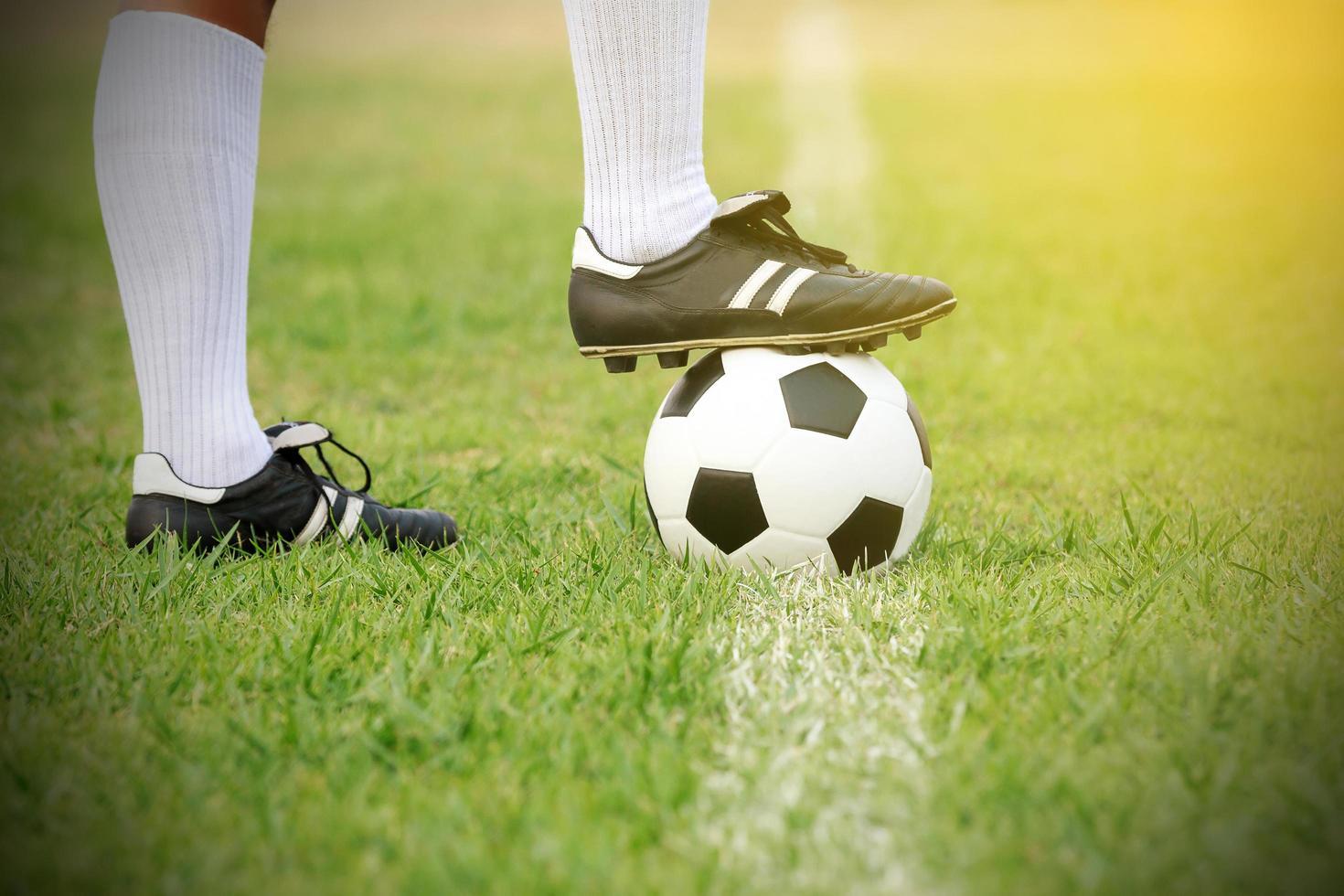 jugador de fútbol de pie con la pelota en el campo foto