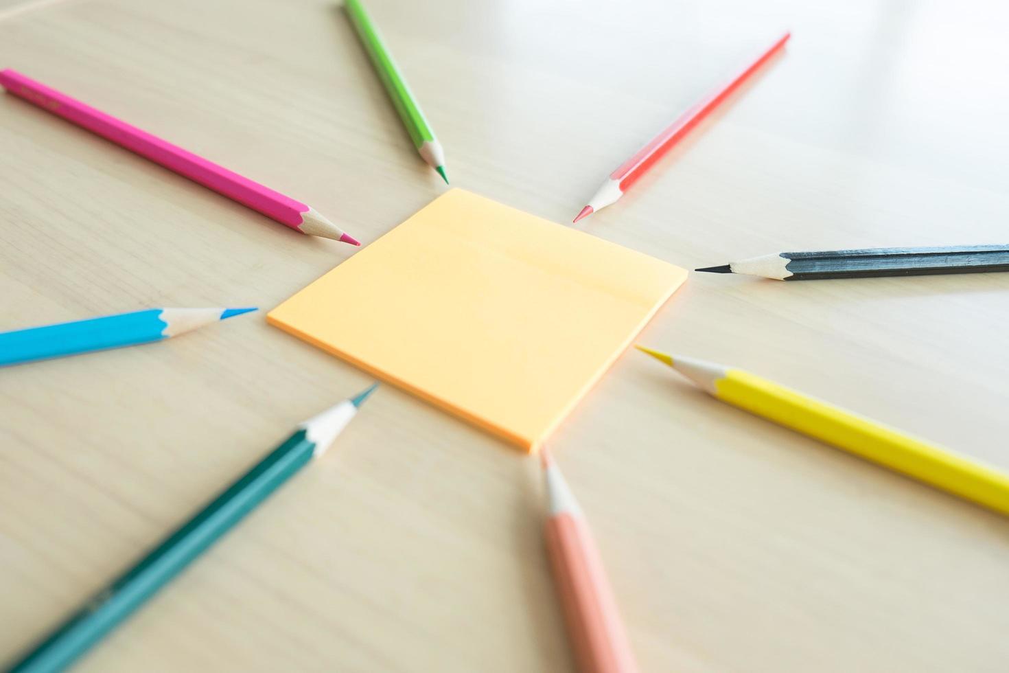 Muchos lápices de colores diferentes en el escritorio de madera foto