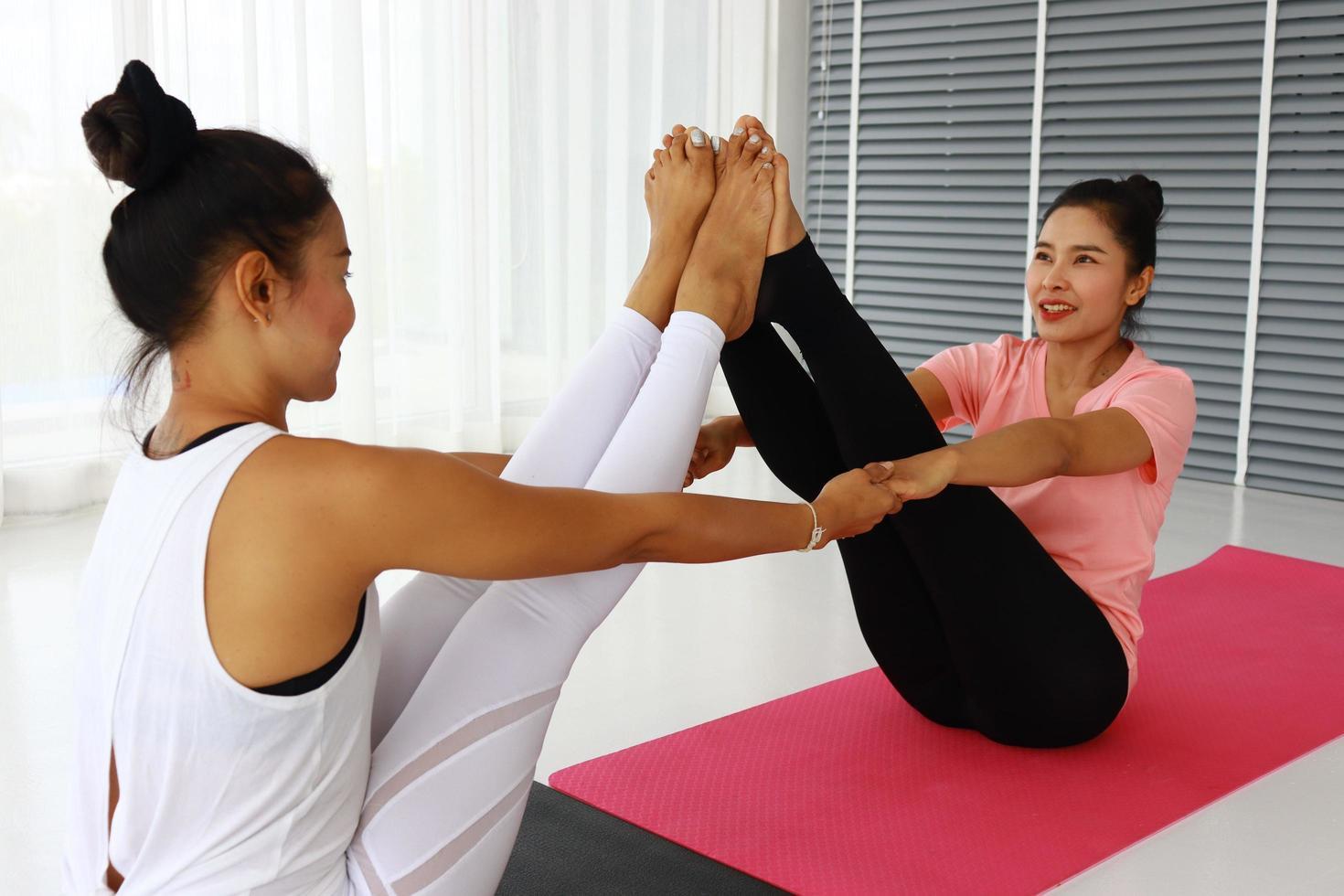 mujeres practicando yoga juntas foto