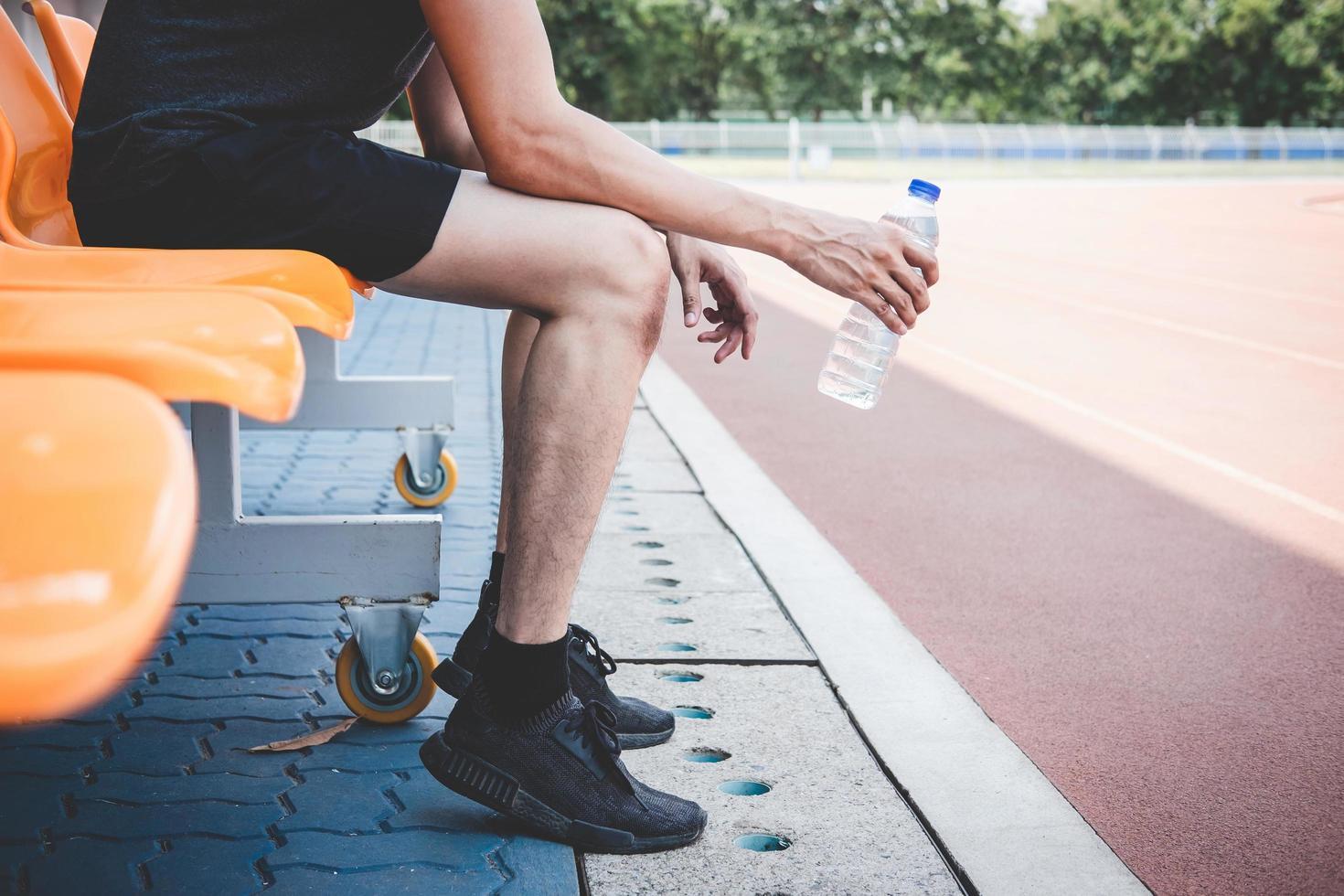 atleta masculino tomando descanso foto