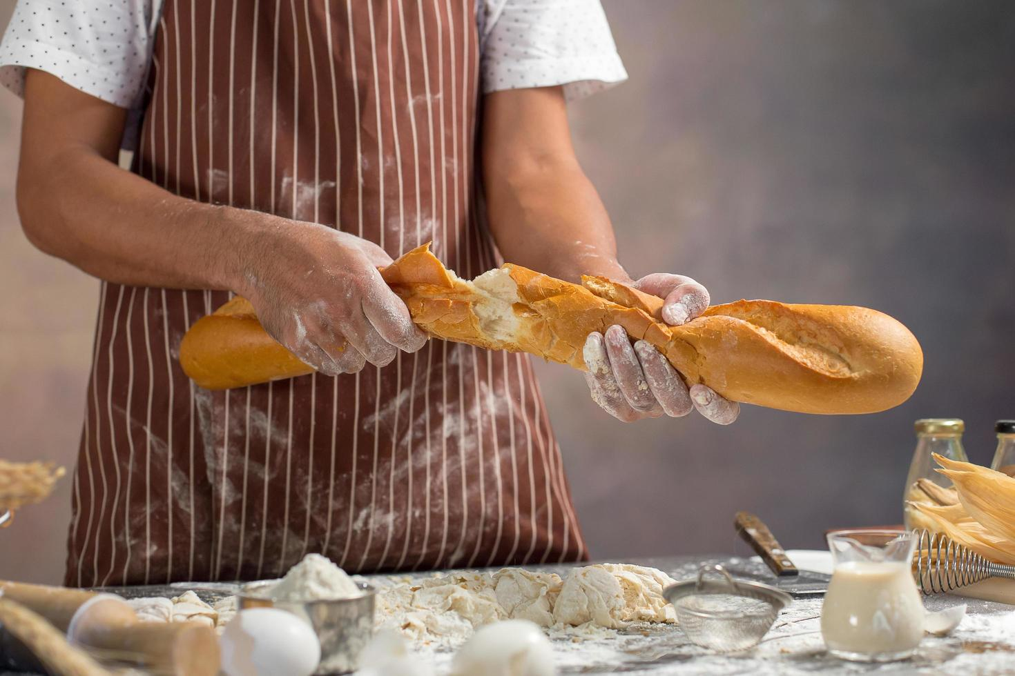 chef separa pão fresco na cozinha foto