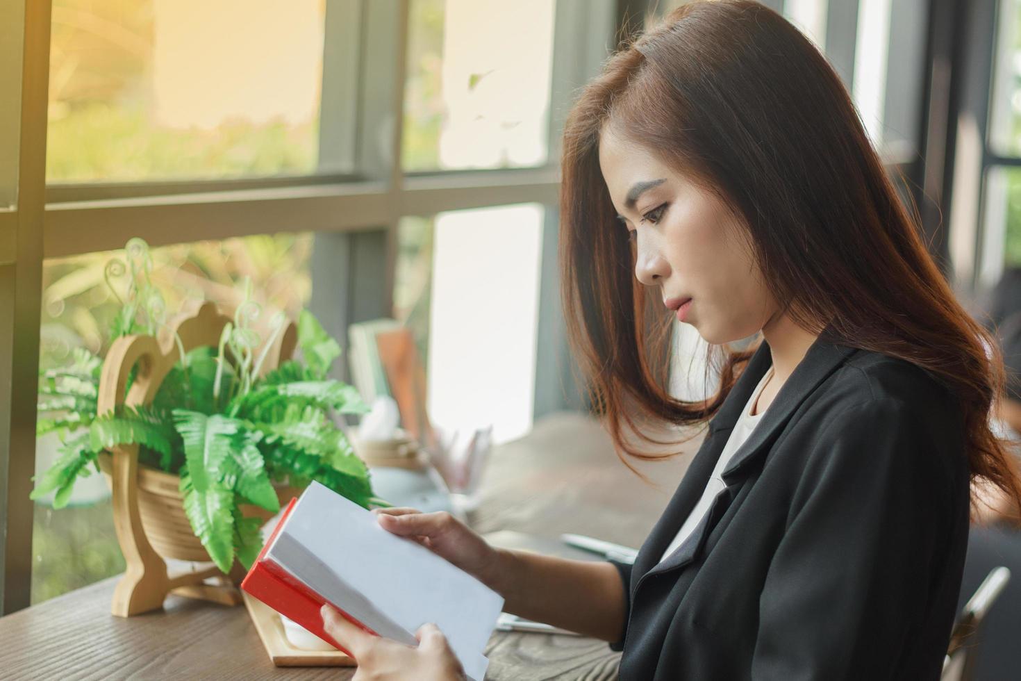 mujer leyendo notas en cuaderno foto