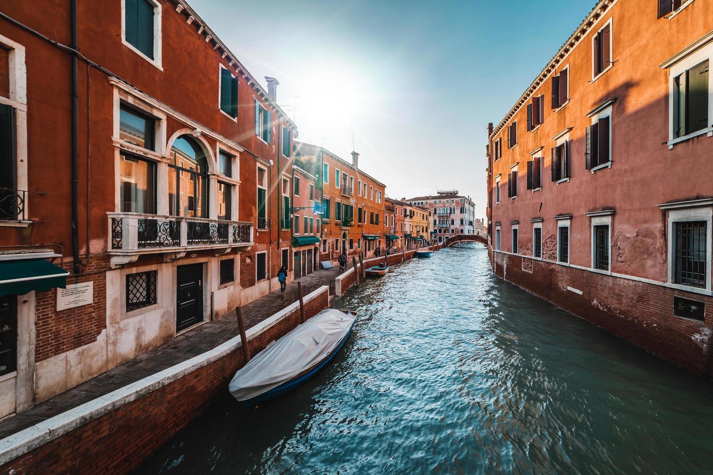 un canal de venecia foto