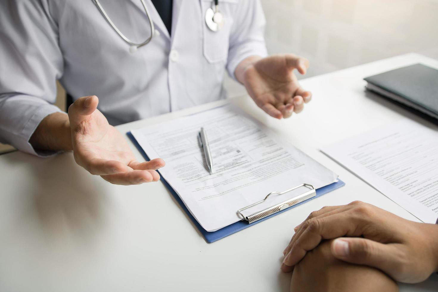 doctor hablando con el paciente foto