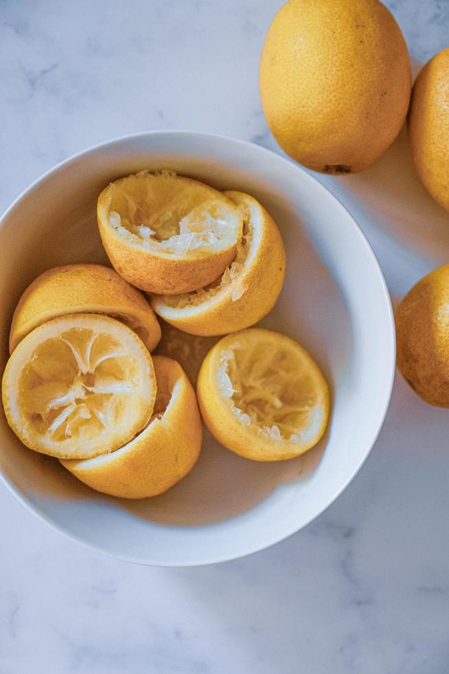 tazón de limones exprimidos foto