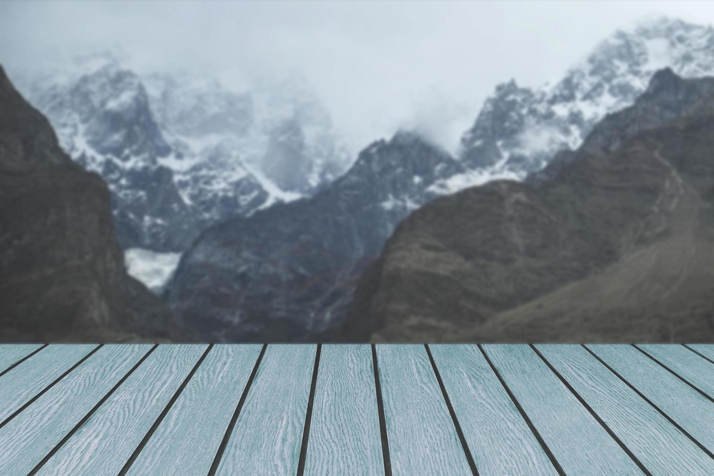 Holzbretter gegen schneebedeckte Bergkette foto