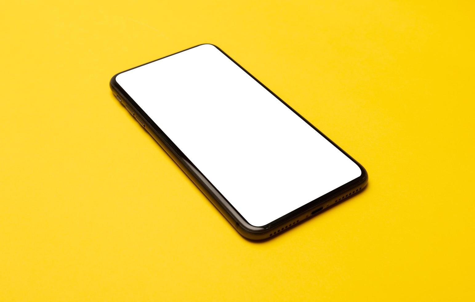 telefone inteligente em fundo amarelo foto