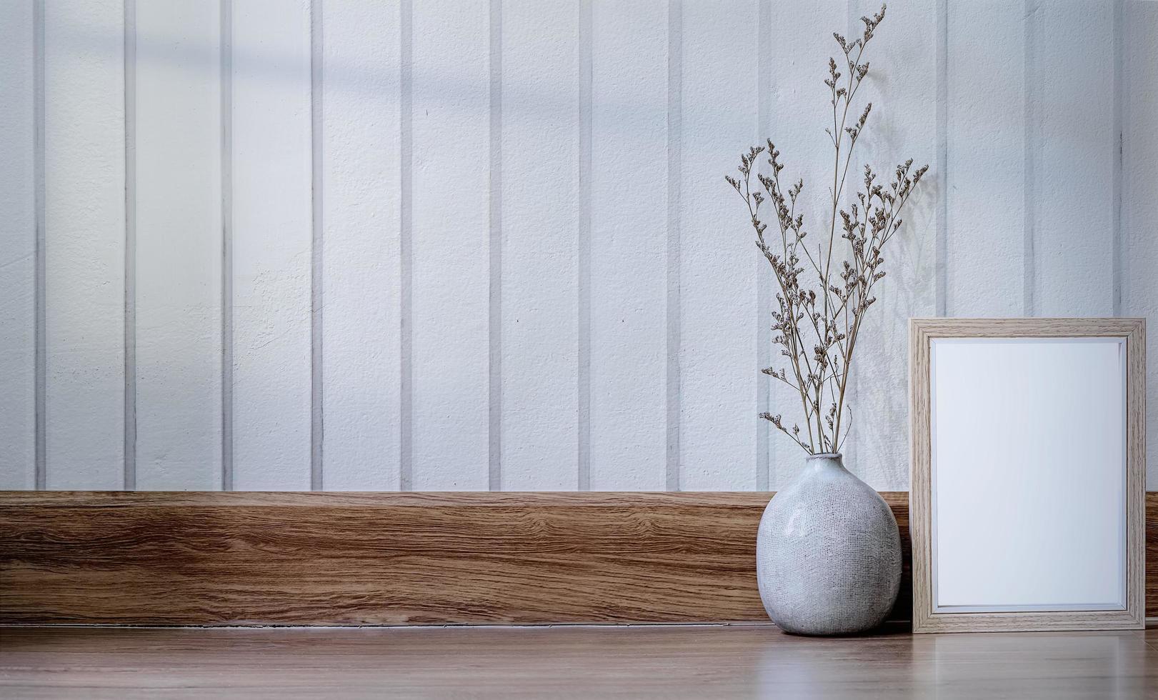 marco de madera y jarrón de cerámica foto