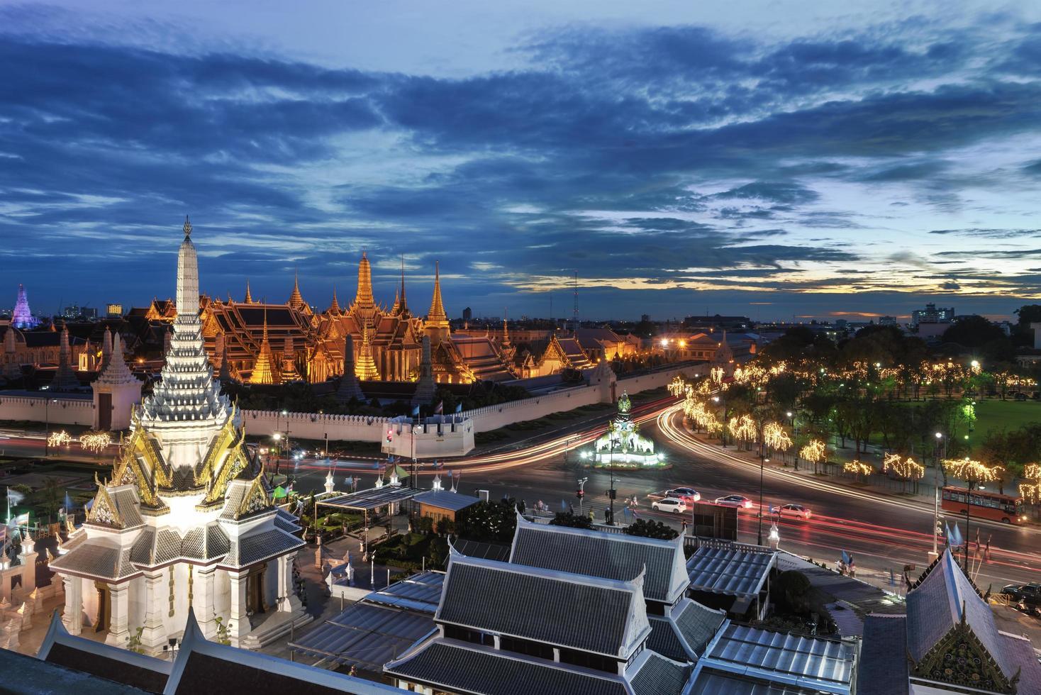 vista nocturna del gran palacio en bangkok foto