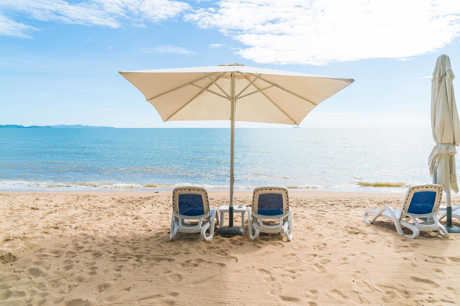 sombrilla sola en la playa foto