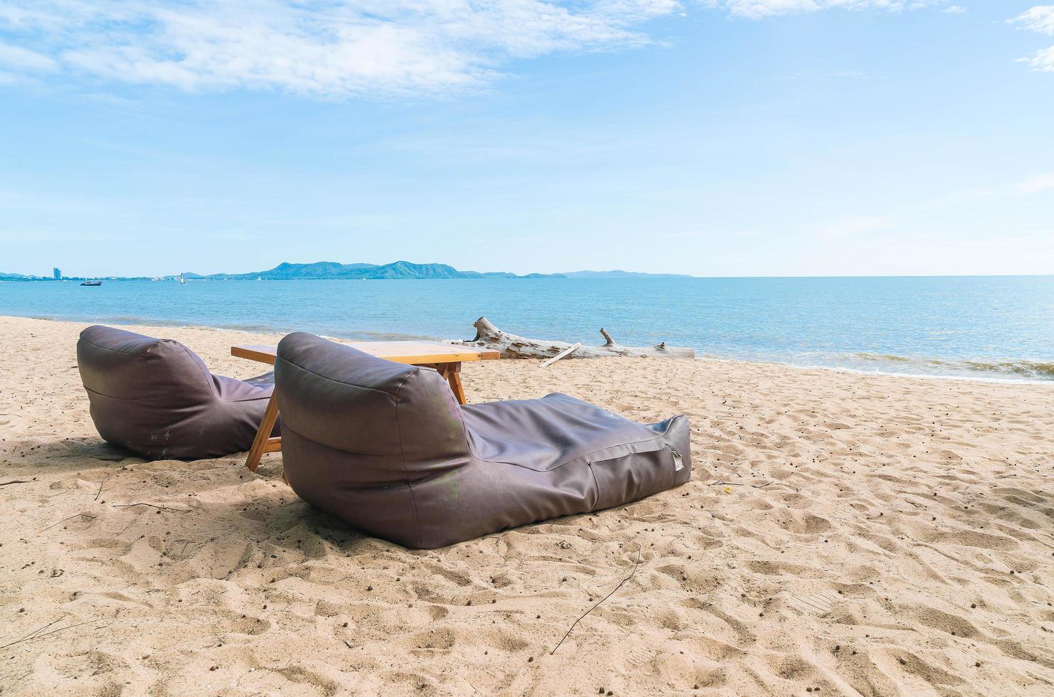 dos bolsitas de frijoles en una playa foto