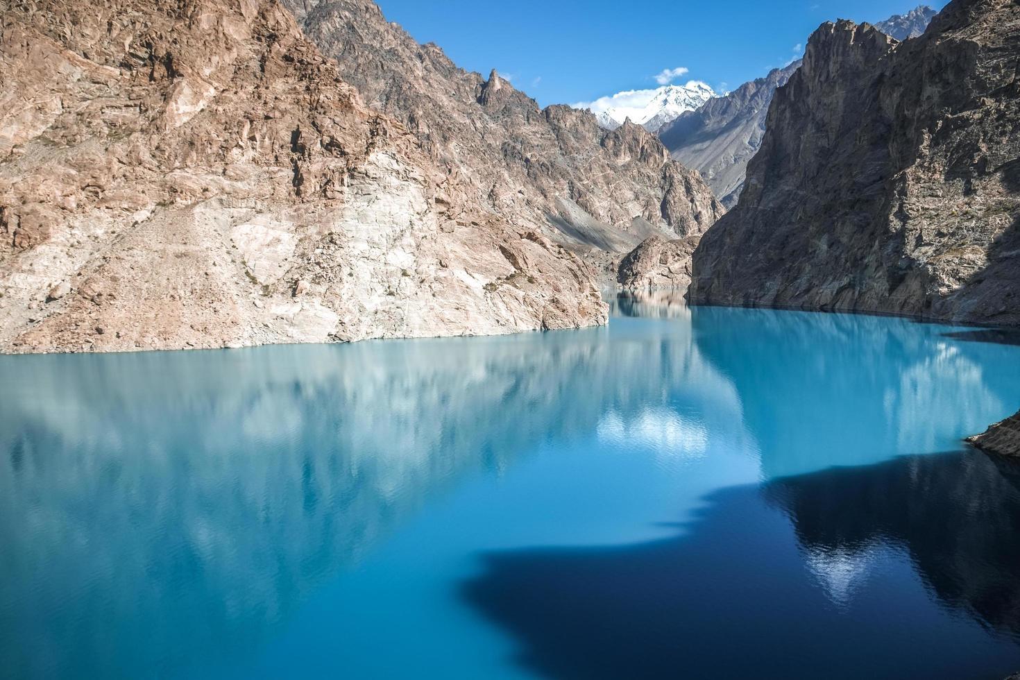Lac Attabad dans la chaîne de montagnes du Karakoram, au Pakistan photo