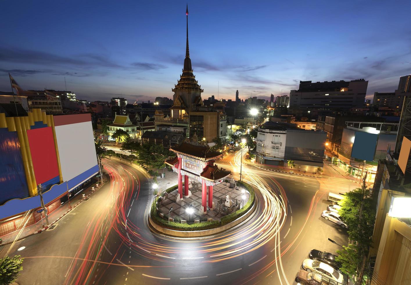 El arco de entrada y el templo, Tailandia, larga exposición foto