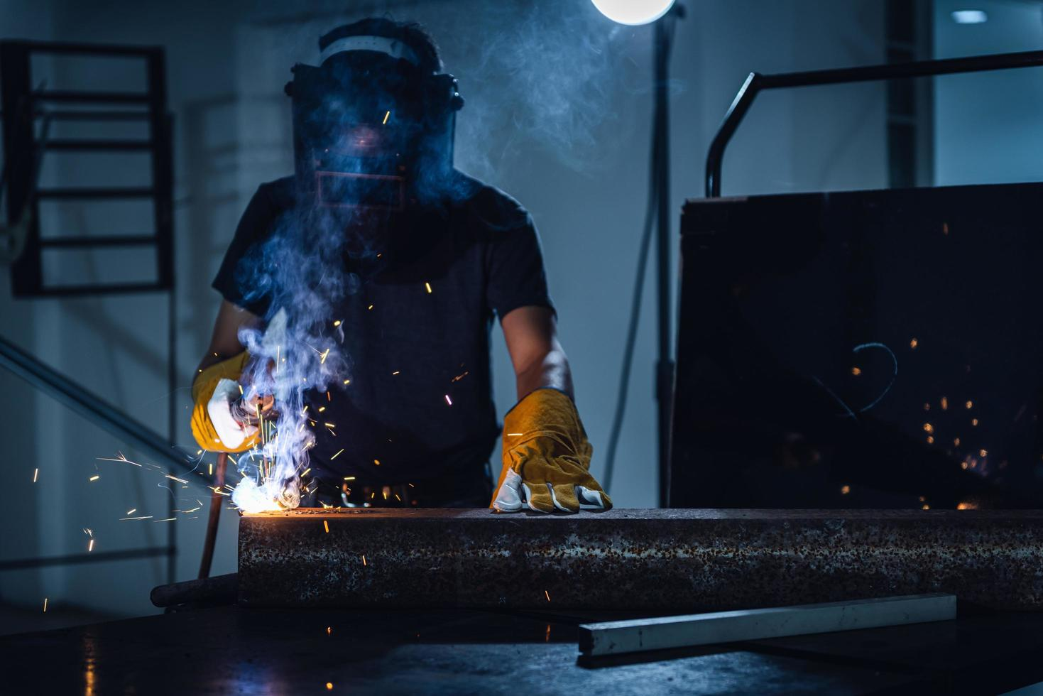 Man with mask welding photo