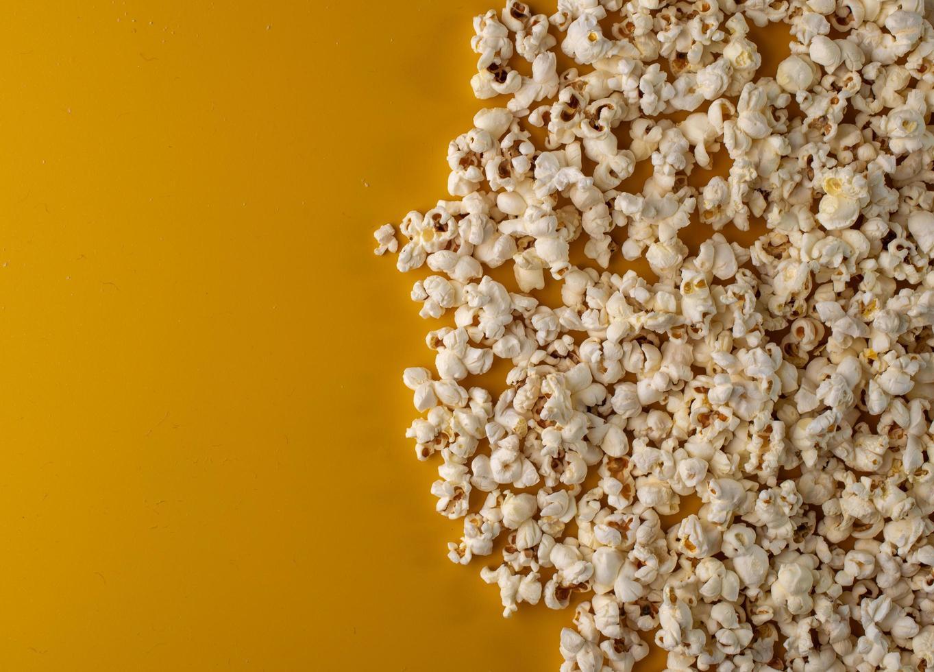 popcorn op gele achtergrond foto