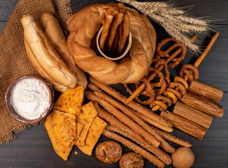 productos horneados en la mesa foto