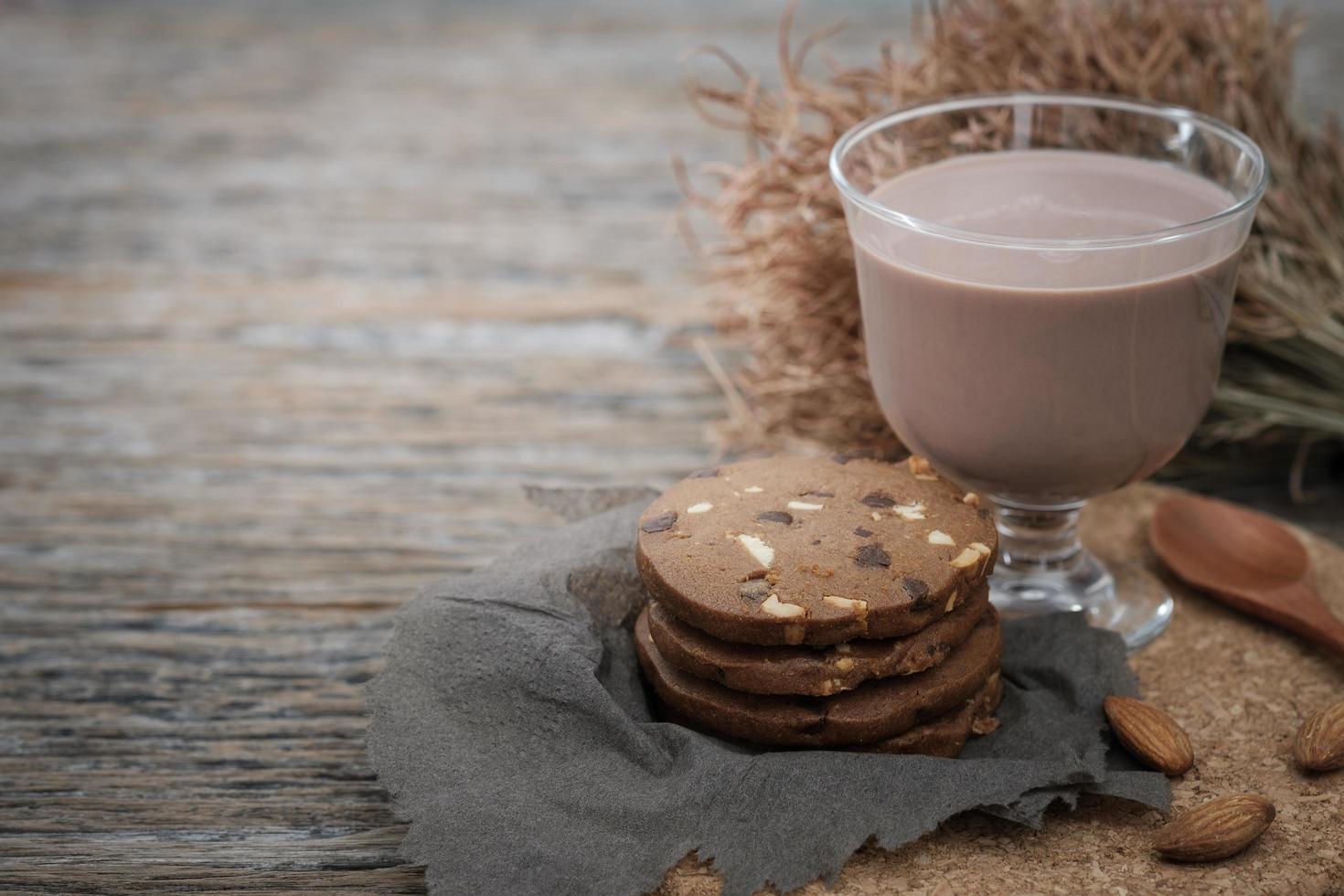 galletas con chispas de chocolate y un vaso de leche foto