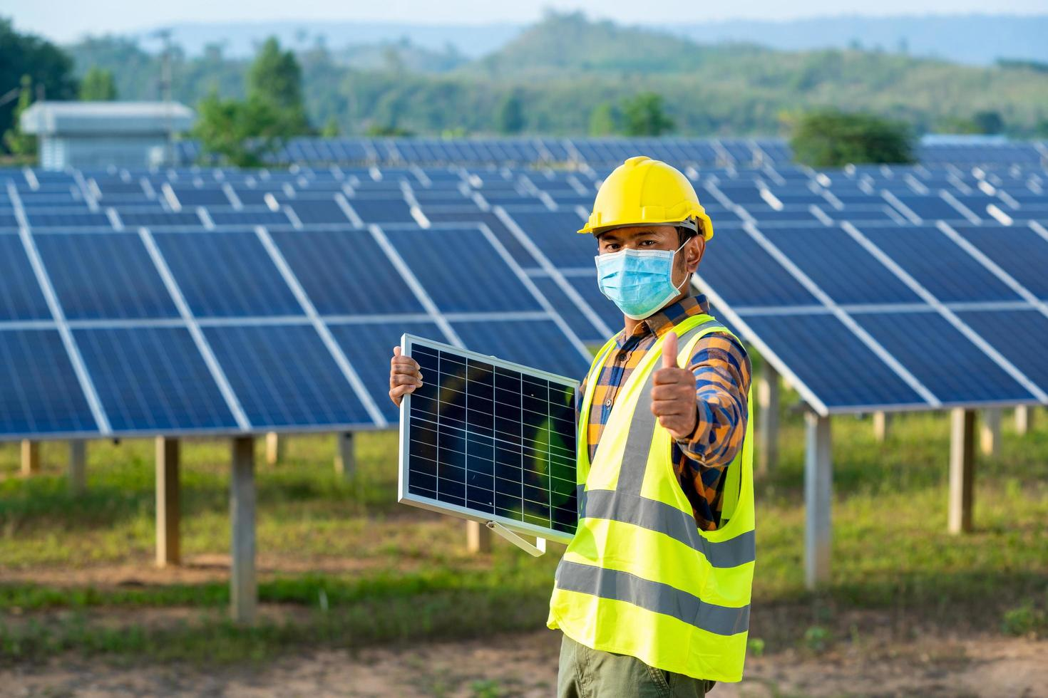 man met veiligheidsuitrusting met zonnepanelen foto