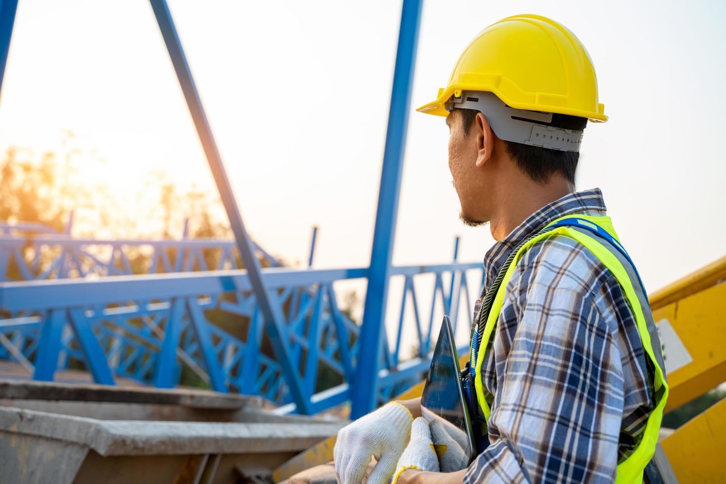 trabajador de la construcción en el sitio de construcción foto