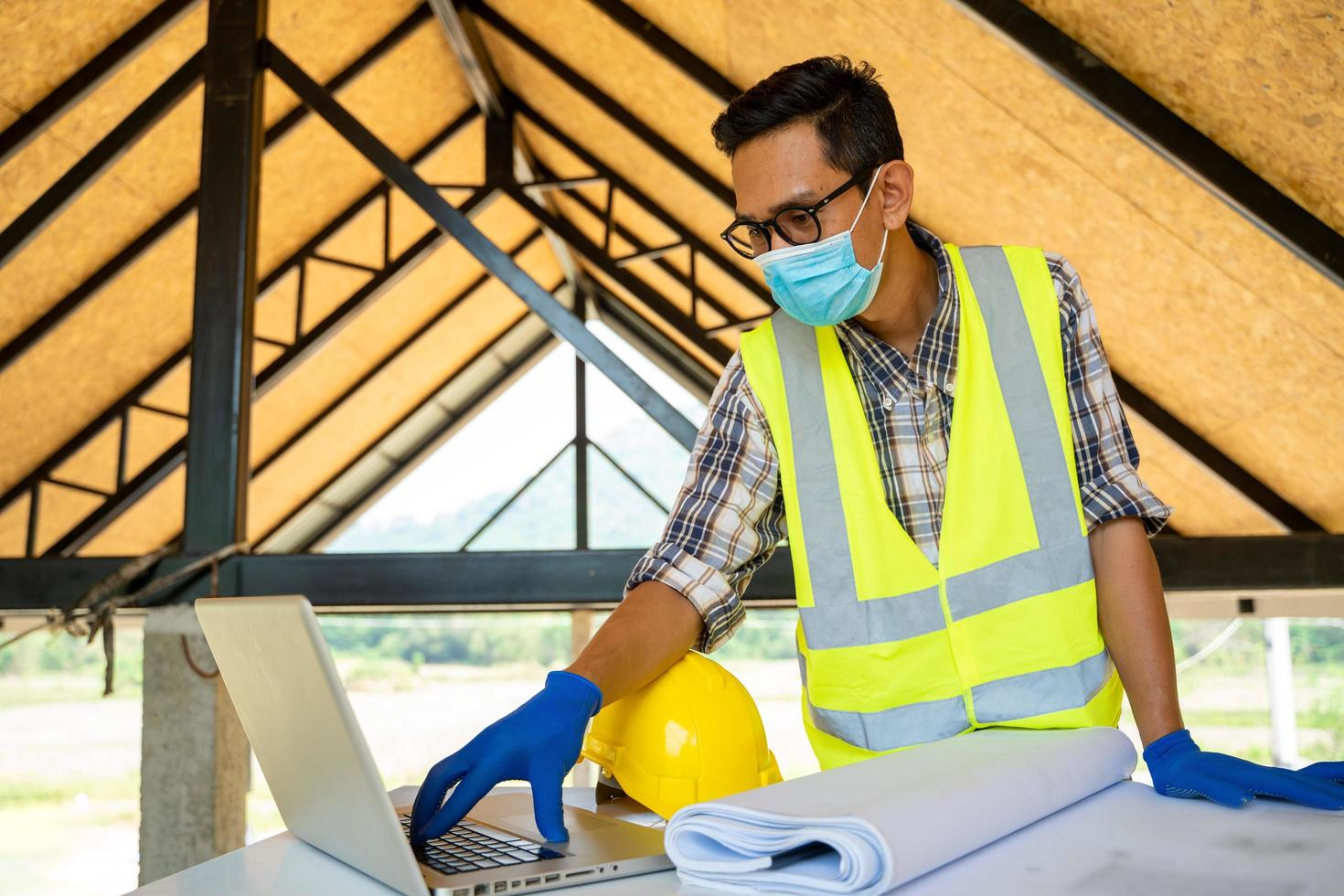 trabajador de la construcción con máscara protectora en el sitio de construcción foto