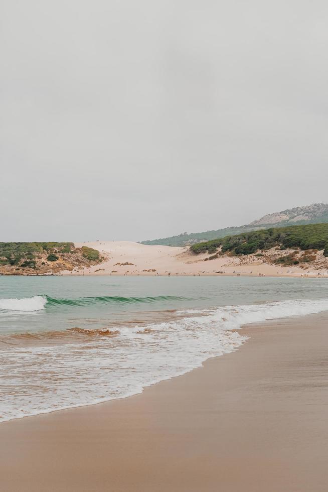 olas del mar en la costa foto