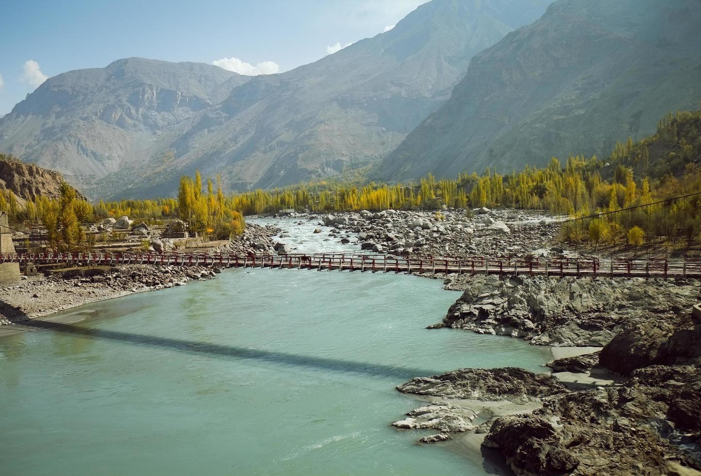 río Indo que fluye a través de la zona montañosa en Pakistán foto