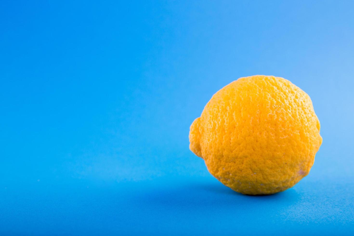 citron jaune sur fond bleu photo