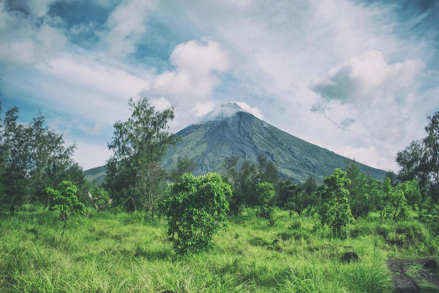 montaña bajo cielo nublado foto