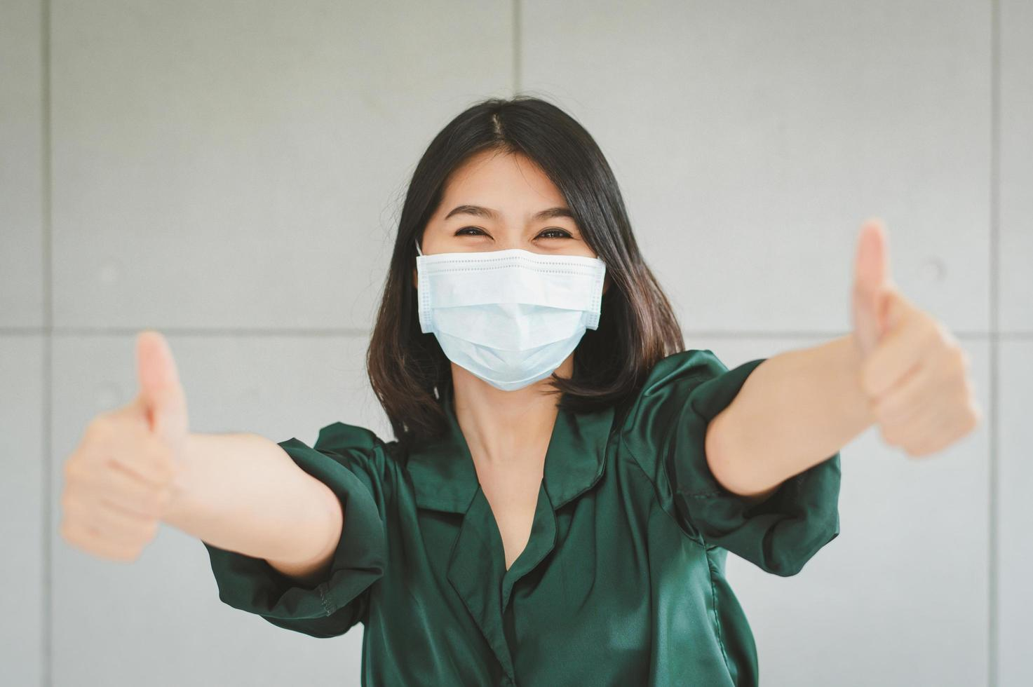 mujer feliz con mascarilla médica foto